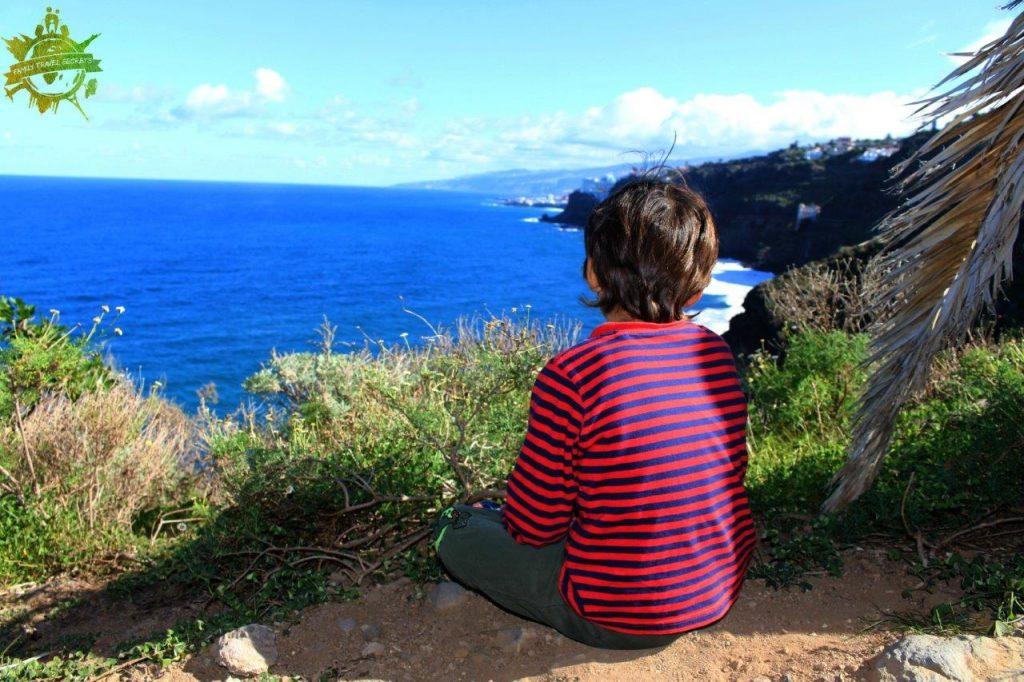 Incluso Noah se detuvo por un momento y comenzó a contemplar el paisaje durante nuestra excursión por la Rambla de Castro en Tenerife